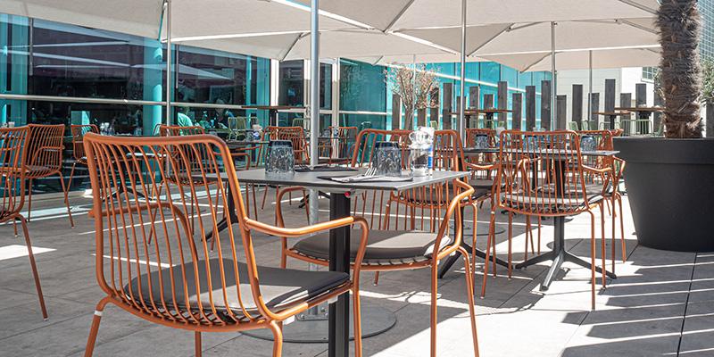 La terrasse du restaurant du Globe Café à Saint-Nazaire